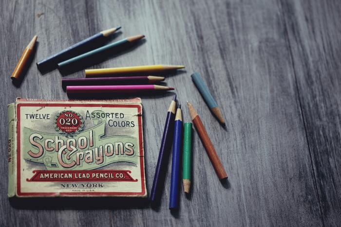 道具はおうちにあるもので大丈夫。ベーシックな12色の色鉛筆だけでももちろん楽しいものですが、繊細なグラデーションを誇る大人のための色鉛筆などを用意してみるのと、自分の満足感がアップします。