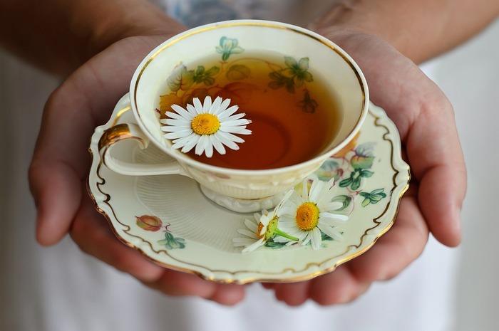 ではお茶を飲む時の作法はどうでしょうか。ポイントは、カップだけでなくソーサー(受け皿)も手に持ち、そこから片手でカップを持ち上げてお茶を飲むこと。また、本場イギリスではミルクをたっぷり使うことが主流ですので、二杯目からはぜひミルクティーを試してみたいですね。  これらのポイントを押さえれば、意外とマナーは簡単。思い切り優雅な時間に浸りましょう。
