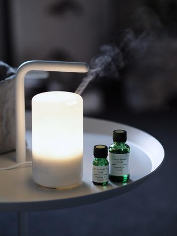 アロマディフューザーを使えばお手軽に、好みの香りを漂わせることができます。最近は、無印良品などでもエッセンシャルオイルの種類が増え、気分に合わせて香りを選ぶことができるようになりました。いくつかエッセンシャルオイルを用意しておいて、その日の気分に合わせてチェンジしてみたいですね。