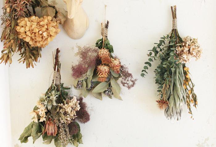 生花が一番美しいときにドライフラワーにするのは少しもったいない気もしますが、仕上がりに差が出るので綺麗なうちに吊るすのがポイントです。