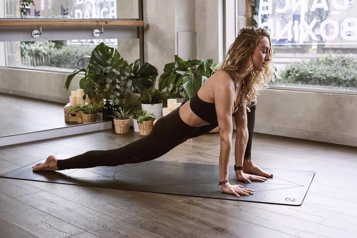 体をほぐして、伸ばしてみると、普段、どれだけ縮こまって暮らしているのか実感できます。体があるべき姿勢を取れるよう、腹筋と背筋はある程度は鍛えておきたいもの。普段、運動をあまりしない人は、短時間のプランクから始めてみましょう。少しずつ、筋肉がついて、プランクの時間を伸ばしていくことができますよ。