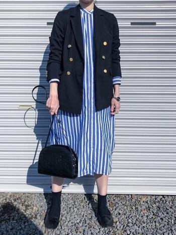 こちらは紺ブレを太めのストライプのワンピースと合わせたクリーンな印象のコーディネート。少し大振りな柄で目線を集めるのも今年らしい紺ブレの着こなしです。