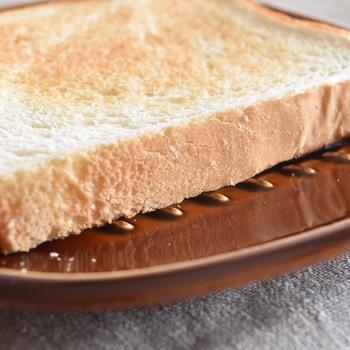 植物柄が凹凸になっているので、トーストとお皿の間に隙間ができ蒸れるのを防いでくれるので、最後までカリット美味しく食べられます。飴釉の艶やかなプレートがレトロな雰囲気でおしゃれ♪