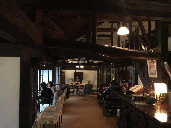また金鱗湖周辺には、美しい木製インテリアのカフェ、レトロ喫茶などが多く点在しています。こちらの「茶房 天井棧敷」は、まさに大人の隠れ家にぴったりの雰囲気。ぜひ以下の地図から、あわせてチェックしてみてくださいね。   ※【湯の坪街道~金鱗湖周辺のおすすめ喫茶マップ&コースは、[こちらをクリックしてください(google mapが開きます)](https://goo.gl/maps/dmYanraZ1YnerJFSA)