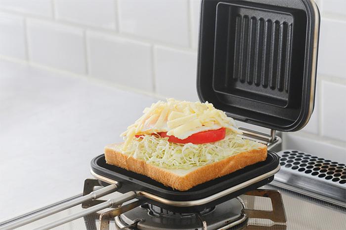 フッ素樹脂加工が施されているので使いやすさも満点。さらに、上皿と下皿は簡単に分解できるので、洗いやすくお手入れもスムーズ。ホットパンは厚みがあるため、6~8枚切りのパンにも対応。たっぷりの具材を入れて、熱々のホットサンドをいただきましょう!