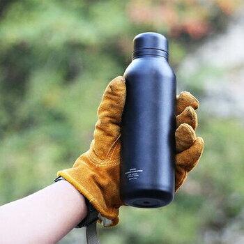 ドリンクウェアブランド「リバーズ」のステンレスボトル「ステム」。重さは超軽量でスマホと同じぐらいの約200グラム。ステンレス鋼の厚みを極力薄くすることで軽量化を実現しました。