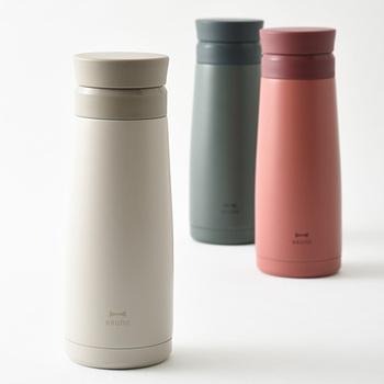 容量はたっぷり450ml。紅茶や緑茶を茶葉から抽出することができる茶こし付き、氷もそのまま入れることができる広口タイプで機能的。