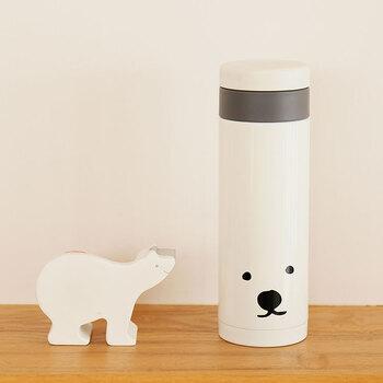 クマさんの顔が描かれたキュートなマグボトル。スリムなデザインなのでバッグの中に入れても、オフィスのデスクの上やテーブルの上においても場所を取らず、普段使いにちょうど良いサイズ感。