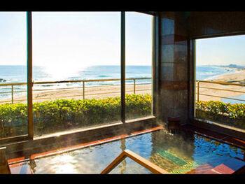 太平洋を一望できる大浴場・露天風呂では、風情漂う月夜や、天妃山の松、潮騒の音が重なり合う幻想的な時を過ごせます。また、2つの貸切露天風呂(露天風呂)もあるので、ご家族でゆっくり温泉を楽しみたい方にもおすすめです。