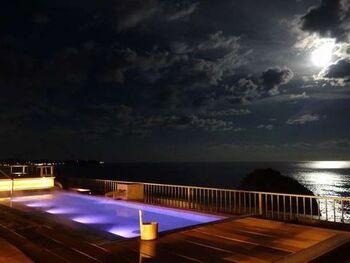 """温泉は「磯原シーサイドホテル」敷地内の天然自家源泉から湧き出ています。朝は水平線から現れる日の出、昼間は広大な大海原、夜には静かな波音と満天の星空を楽しめる""""天空露天風呂""""。磯原海岸が見晴らせる大窓の""""展望浴場""""の2種類の温泉を楽しめます。"""