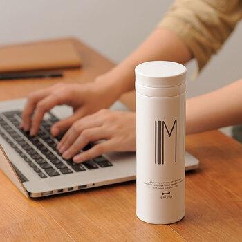 ホーローをイメージした真っ白なボトルにアルファベットと「BRUNO(ブルーノ)」のメッセージを刻印したアルファベットタンブラー。