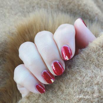 真っ赤なネイルって意外にもどんな服にも合わせやすいもの。情熱的に煌めく赤の指先なら、ホリデーシーズンのデートで心がもっとときめくはず!