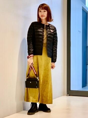 綺麗なイエローのスカートを引き立たせるため、黒ダウンと黒小物でサンド。ダウンジャケットの丈が短く、コンパクトな印象なので重たくなりません。
