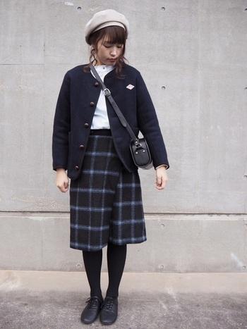 カーデのように合わせられるジャケットタイプ。同色のチェックスカートを合わせて学生風に。そこにベレー帽を投入して美術館にお出かけしたくなるプレッピーコーデの出来上がり。