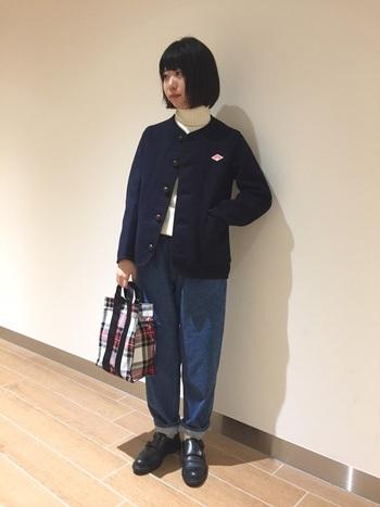 コンパクトなサイズ感も魅力的なアウターは、デニムと合わせてカジュアルに。靴やバッグなどの小物使いでコーデの印象を盛り上げて。