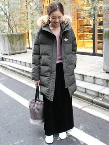 お尻まですっぽり隠れるダウンジャケットは、ファーもついてボリュームたっぷり。そんな時はタイトなロングスカートに綺麗なラベンダー色のニットを合わせて、コーデに華を添えましょう。