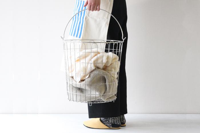 濡れた衣類を入れたり、ある程度ためてから洗うなら、プラスチックやスチールなど金属製のものを選ぶと、カビ予防になります。湿気の多いバスルーム脇に置いても安心です。