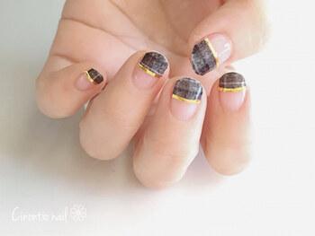 秋冬ならではの指先を楽しみたいオシャレなあなたにオススメのネイル。グレーのツイード柄、ゴールドのラインという組み合わせで、週末ショッピングに出かけましょう♪