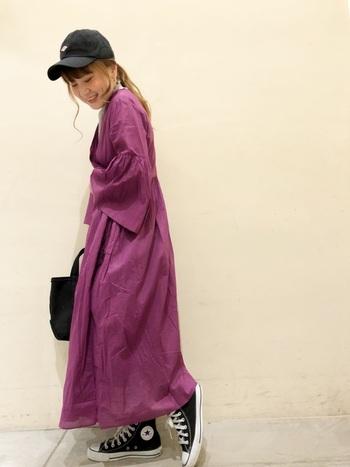 素敵なカラーリングのワンピース。1枚で着るときはメリハリを出すために、色のコントラストがはっきりした小物使いで、上手にバランスを取りましょう。ワンピースが可愛いらしい雰囲気のものほど、キャップが映えます。