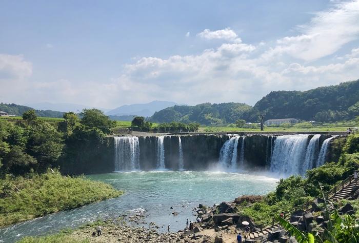 豊後大野市のJR緒方駅より車で約10分。日本の滝百選のひとつ「原尻の滝(はらじりのたき)」で、大分観光のフィナーレを飾りませんか。  幅120m、高さは20mで、約9万年前の阿蘇山大噴火を機にもたらされた絶景とされています。滝つぼを眺められる散歩道からは、フォトジェニックな写真撮影が狙えます◎
