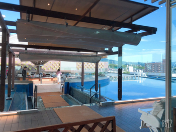 一方で、「杉乃井ホテル」は別府温泉を代表する大型温泉リゾートの代表格。観海寺温泉にありますよ。  こちらの大展望露天風呂「棚湯」をはじめ、種類豊富なバイキングのお食事、さらにはアミューズメント施設があるなど、いたれりつくせり。  3世代旅行でのニーズも叶えやすい、家族にも人気のリゾートホテルです。