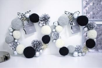 モノトーンの毛糸を使った、海外のインテリアのような洗練された雰囲気を持つリース。針金に毛糸を巻いた土台に、毛糸のニットボールと市販のオーナメントを接着したら完成。モノトーンとシルバーが、大人のクリスマスを演出してくれそうです。