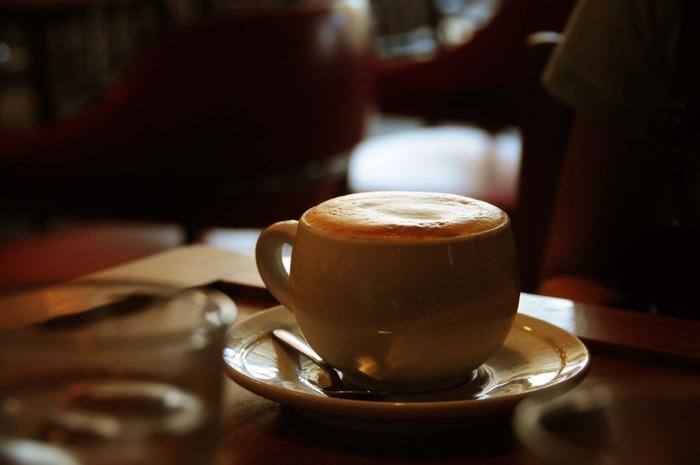 一人暮らしの人など、夜、外出するハードルが低い人は、思い切って、出かけてみるのもいい気分転換になります。いつも行っているカフェでも、夜行くと、雰囲気が違って新たな一面を知ることができることも。好きな飲み物を一杯だけ、じっくり時間をかけて飲みながら、心を落ち着けてみましょう。