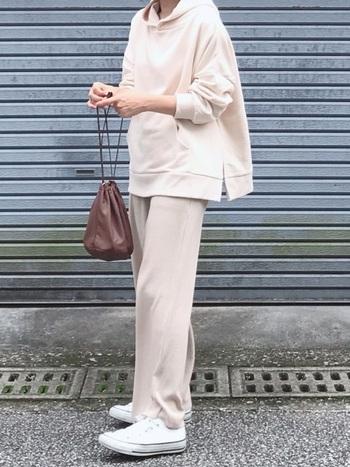 パーカーとリブパンツを合わせたカジュアルな装いでも、淡いラテカラーのワントーンコーデなら上品。小物類は、黒ではなくブラウンを選ぶことで、ラテカラーのやわらかさを活かしつつ、コーデを引き締めることができます。