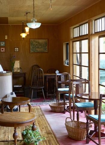 以前の古民家から改装されてリニューアルオープンした店内はいい感じでアンティークな雰囲気と新しさを兼ね備えていてなんとも居心地が良いんです。窓の外を眺めると街のニャンコや野鳥が現れたりなんだか贅沢な時間です。