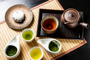 """ここ「茶凛」にはなんと""""日本茶ソムリエ""""さんがいるんです。奥が深い日本茶のうんちくを聞きつつ、自分好みの味わいを見つけるのも楽しみの一つです。"""