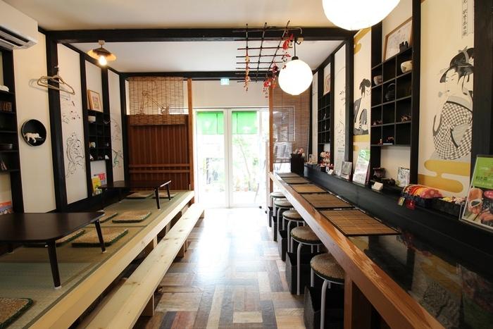鎌倉駅から鶴岡八幡宮方面に小町通りを歩き、少し路地裏に入ったところにある「茶凛」は本格的で希少価値の高い日本茶を頂くことができる贅沢なお店です。奥行きがある店内はほっと落ち着き日本茶と真摯に向き合えるスペースが広がっています。