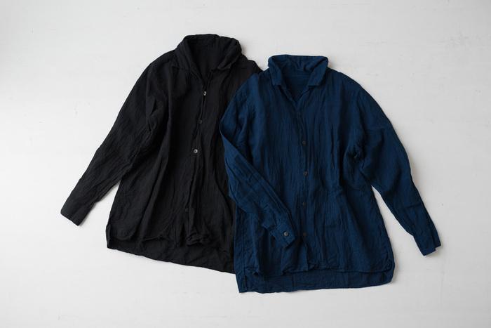 はじめにご紹介するのは、福岡県の工房「宝島染工(たからじませんこう)」の素敵なオープンカラーシャツです。リネン60%・キュプラ40%の生地を使用し、天然染料で一枚一枚丁寧に染め上げたシャツは、温かみのあるナチュラルな素材感と優しい肌触りが特徴です。右は天然藍染のネイビー、左は泥染に藍染を重ねたブラック。どちらも天然染料ならではの、深みのある美しい色合いが魅力的です。