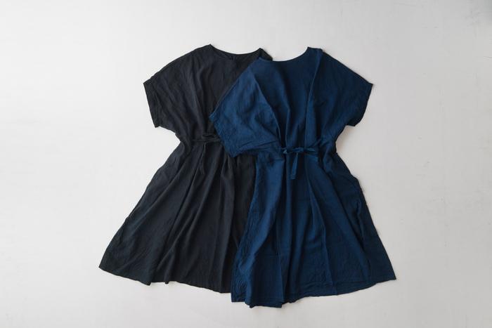 ストンとした直線的なシルエットがおしゃれなボックスワンピースは、オープンカラーシャツと同じ「宝島染工」の製品です。麻60%・キュプラ40%の生地を使用したワンピースは、優しい肌触りとしなやかな質感、軽やかな着心地が特徴です。泥染に藍染を重ねたブラック(左)と、天然藍染のネイビー(右)の2色を展開しています。