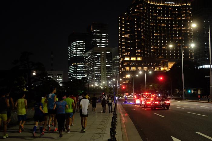健康志向の人が増え、夜のランニングも一般的になってきました。目の前を見つめ、走ることに集中するのはとても気持ちがいいことです。ただ、女性の一人夜ランでは、明るい大通りを走る、たくさん人が走っているルートを選ぶなど安全面にも考慮が必要です。