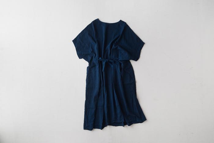 天然染色ならではのやわらかい色味と、多彩な機能性を兼ね備えた【藍染め】。 藍染めのシャツやワンピースは使えば使うほど、洗えば洗うほどに色が少しずつ変化して、自分だけの一枚に育てる楽しさも味わえます。