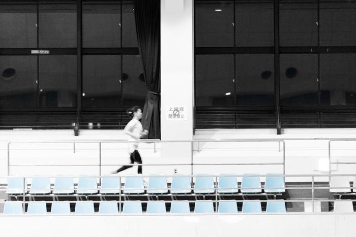 近くに公営の体育館などがあれば、明るいランニングコースを走るのもいいですね。同じ場所を何周もできるので、疲れたらやめるのも簡単です。