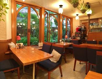 温かみのある照明と木質系のインテリアは、気取らず飾らず…の雰囲気。 パスタやピッツァはもちろん、コース料理や『飲み放題プラン』、ワインも揃って。