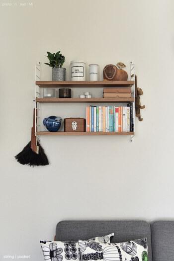 ソファの上は、スペースが空いて寂しい印象になりがち。そこで、その空間を活かして、木製のウォールシェルフを設置。  読み途中の本や、お気に入りのオブジェを飾って。日用品などをボックスに入れれば、すっきりとした印象になります。  ソファ周りがさらにお気に入りの空間になりそうです♪