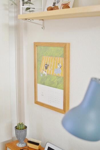 机の上の壁は、がらんとしていると冷たい印象になってしまいますよね。 イラストが素敵なカレンダーをフレームに入れて飾れば、れっきとしたインテリアに。 明るい色使いなら、目にするたびに気分が上がりそう♪