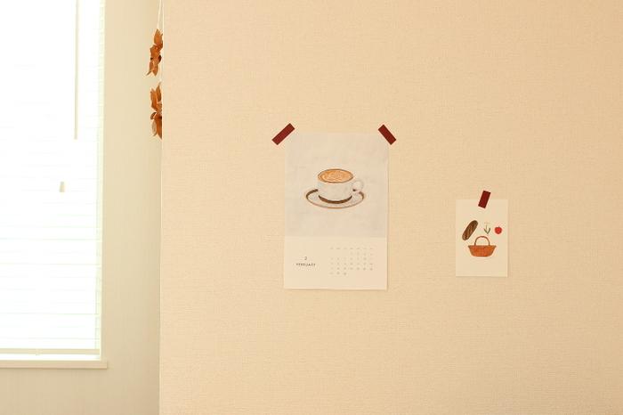 カレンダーは、マスキングテープを使うと壁を気軽に飾ることができます。 テープは雰囲気を邪魔しないよう、シンプルなデザインを選ぶと◎ かわいらしい雰囲気のイラストが、気持ちを和ませてくれます。