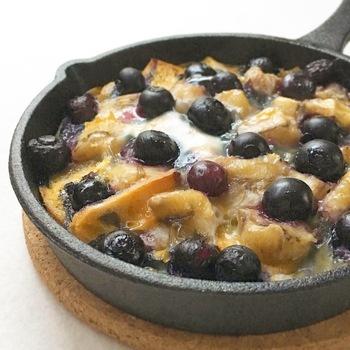 バナナや冷凍ブルーベリーなどのフルーツたっぷりのパングラタン。天然酵母のバゲットやミネラル豊富なきび糖を使い、牛乳の代わりに豆乳を使用しています。