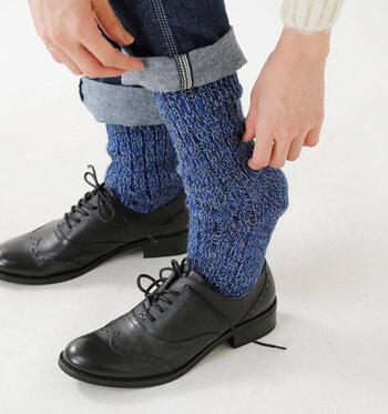 そこで、カラータイツ・靴下に初挑戦する人向けにこれらを使ったおしゃれコーデを集めました。いつものコーデに取り入れるヒントにしてくださいね。