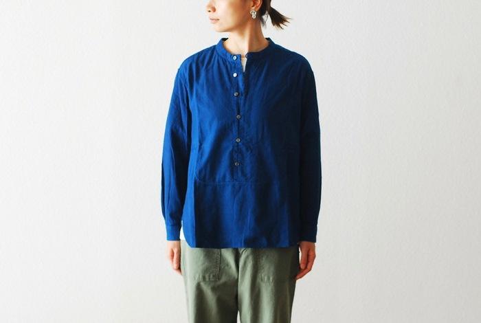 一枚ずつ本藍で手染めを施したコットンシャツは、着続けるうちに少しずつ色落ちして、濃いブルーから淡いブルーへと変化していきます。着れば着るほど、洗えば洗うほど風合いが増していくので、自分だけの一着に育てる楽しさも味わえますよ。シンプルで着心地の良い本藍染めのシャツは、カットソーやニットにも重ねやすく、これからの季節の様々なコーディネートに活躍してくれそうです。
