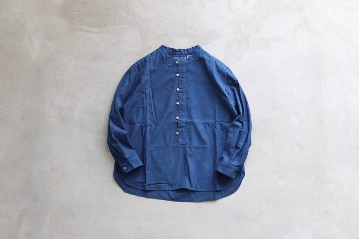 こちらは日本の伝統技法である本藍染めを中心に、おしゃれなアイテムを展開する人気ブランド「BLUE BLUE JAPAN(ブルー ブルー ジャパン)」の素敵なコットンシャツです。本藍ならではの温かみのある美しい色味と、昔ながらのシャトル織機で織り上げた柔らかな風合いも魅力的です。