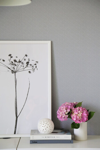 ポスターの横に季節のお花を飾ると、美しい色がアクセントになります。 グレーの壁紙にも映え、より洗練された空間に。