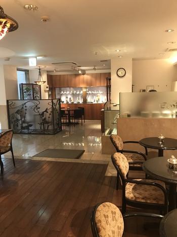 駅前にある時計・宝飾店「一誠堂」から数分歩いたビルの地下1階に。同店が運営する「一誠堂美術館」に隣接する喫茶室です。 美術館への入館は有料ですが、喫茶だけの利用もOKです。
