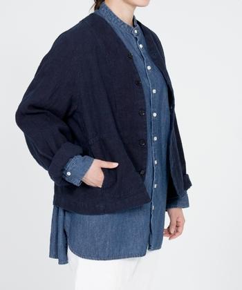 こちらは天然素材にこだわった上質でおしゃれな洋服を提案する人気ブランド、「nest Robe(ネストローブ)」のインディゴリネンジャケットです。厚みのあるリネン生地を手染めで染色したジャケットは、藍染め特有の深い色味と風合いが魅力的です。ステッチワークをポイントにしたおしゃれなサイドポケットも印象的。ステッチの部分にできた藍染めの染料だまり(色の濃い部分)も、ジャケットの重要なデザインのひとつになっています。