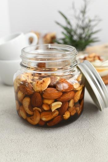 乾煎りしたナッツを清潔な瓶に入れて、はちみつを注ぐだけ。甘くて香ばしくて栄養も満点。ハニーナッツをお菓子作りに使うことで、お砂糖などがなくても深い味わいが加わります。1年保存できるのもうれしい点です。