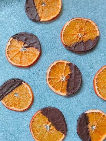ドライフルーツにチョコをかけるだけで、おしゃれで上品なスペシャルスイーツに。チョコレートは、カカオ率が高いものや低糖質チョコなどを使うのもいいですね。なお、こちらのレシピではフードドライヤーで果物を乾燥させていますが、市販のドライフルーツでもOKです。