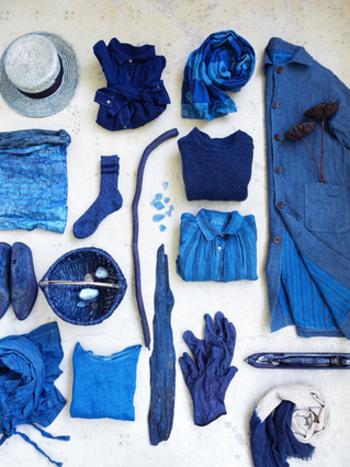 色を重ねて染める藍染めの生地には燃えにくいという特徴があるため、昔の火消しや鍛冶職人の作業着にも多く用いられてきました。また、藍染めの生地は保温性があり耐久性にも優れているので、風呂敷・手ぬぐい・暖簾などの日用品にも用いられ、現在でも洋服や靴下など様々なものに藍染めが使われています。